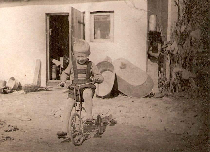 poiss jalgrattaga